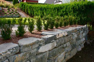 Forstøtningsmur i naturstein